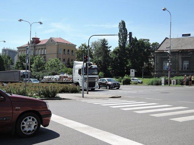Uzavírka Ovčárecké ulice komplikuje dopravu ve městě.