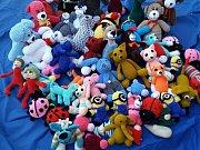 Pletené hračky pomáhají dětem zpříjemnit pobyt v nemocnici.