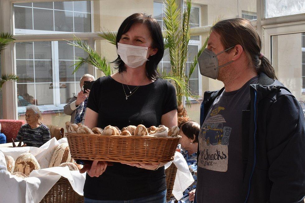 Voňavé pečivo ze Štolmíře putovalo k seniorům do domova Anna v Českém Brodě.
