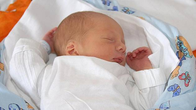Jedenáctiletý Jakub se doma ve Třech Dvorech dočkal poslední červnový den brášky Adama Königa, jenž se narodil vážící 2 930 gramů a měřící 51 centimetr.O oba kluky pečují rodiče Jana a Michal.