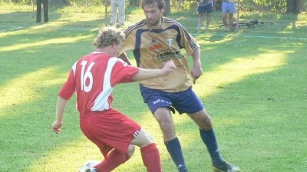 Oba dali gól. Na snímku o míč bojují střelci branek. Za Rožďalovice se trefil Josef Hrodek (vpravo), za Kouřim Jan Břečka.