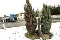 K strašné dopravní nehodě došlo na odbočce na Velim v Nové Vsi I v lednu 2008. Dodnes u pomníčku nejen při výročí tragédie hoří svíce.
