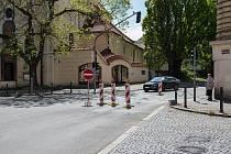 Uzavírka jednoho jízdního pruhu v ulici Politických vězňů v Kolíně.