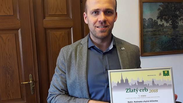 Kolínský místostarosta Michael Kašpar s oceněním, které získala v soutěži Zlatý erb kolínská Chytrá klíčenka.