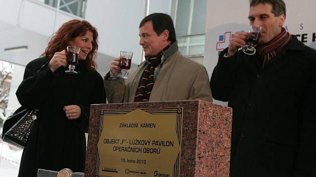 Ze slavnostního poklepání na základní kámen nového pavilonu kolínské nemocnice