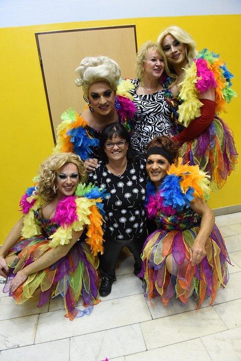 Travesti skupiny Techtle Mechtle a Kočky pozvaly fanynky tentokrát do Tančírny.