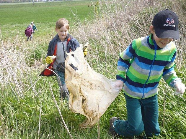 Děti sázely stromy a uklízely okolí.