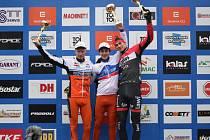 Vítězem Českého poháru se stal Tomáš Paprstka (uprostřed) před Janem Nesvadbou (vlevo).