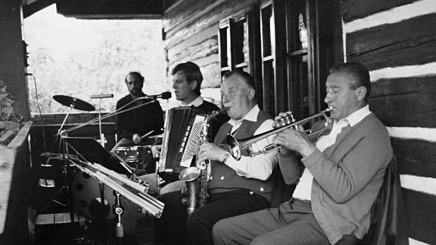 """Nedílnou součástí Letnicového neboli """"Svatodušního svátku"""" je lidová česká hudba a tanec."""