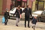 Aprílové počasí v ulicích Kolína. Chce to sluneční brýle, ale zároveň i šálu a rukavice.