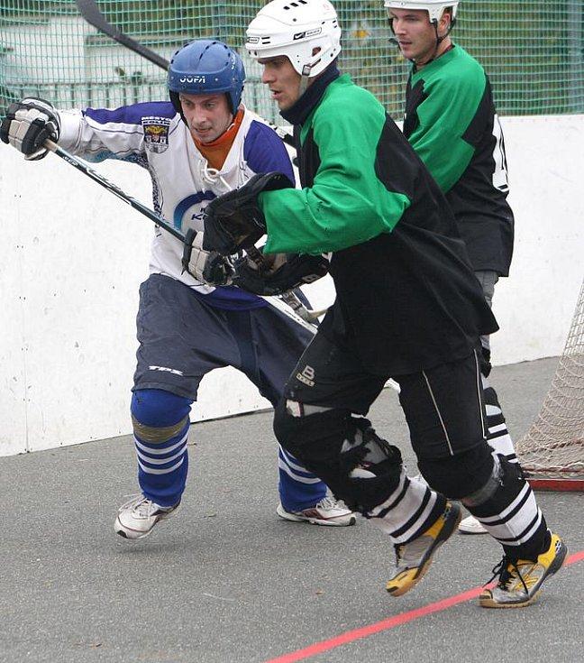 Další utkání druhé národní hokejbalové ligy měli Kolínští na programu v sobotu 29. října. Na domácím hřišti od 11.00 hostili pražský Ekonom Devils.