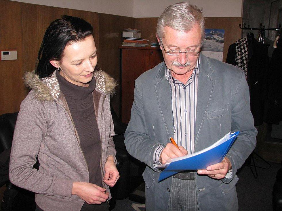 Předseda představenstva SMSK Václav Kmoch s novou účetní Ilonou Netykovou