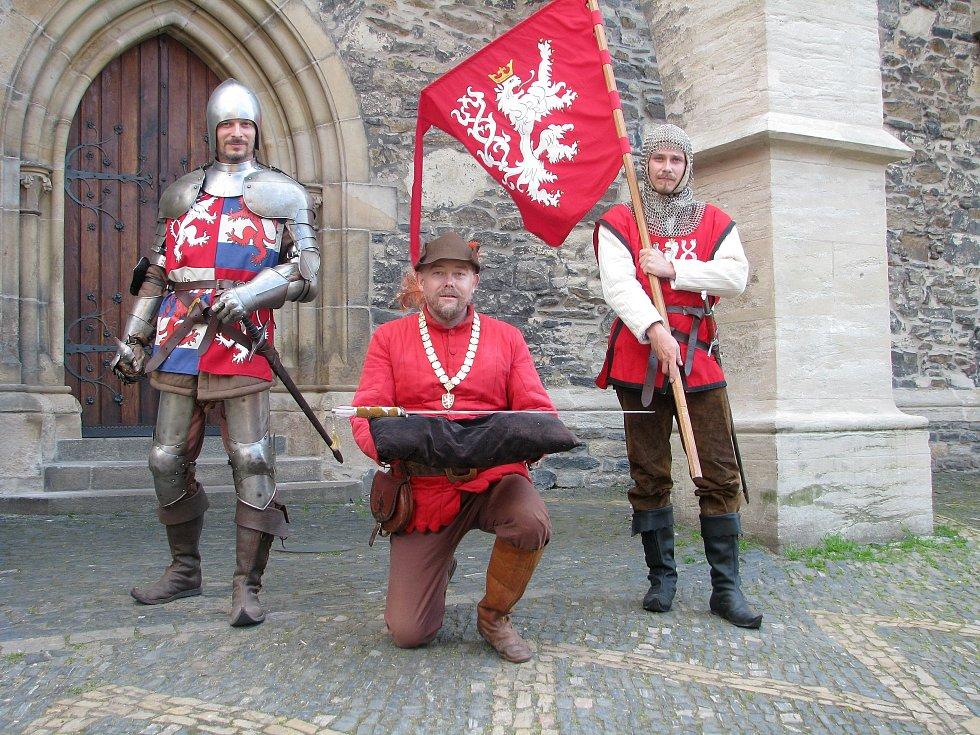 Pro letošní ročník rekonstrukce historických bitev na kolínské jízdárně vyrobili Páni z Kolína mimo jiné i repliku Svatováclavského meče.