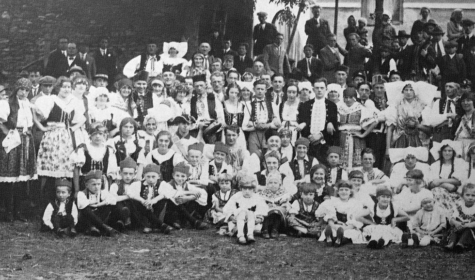 Dožínkové slavnosti v Křečhoři z roku 1927.