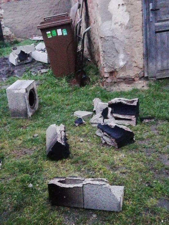 Nepříjemné překvapení přidělala Sabine v Tatcích. Na rodinném domku poškodila komín a ten při pádu spolu s větrem částečně i střechu.