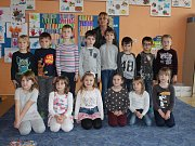 Žáci prvního ročníku Základní školy a Mateřské školy Starý Kolín s třídní učitelkou Andělou Pařezovou