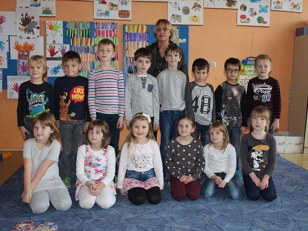 Žáci prvního ročníku Základní školy a Mateřské školy Starý Kolín střídní učitelkou Andělou Pařezovou