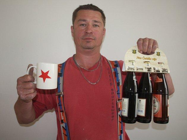 Pracovně zaneprázdněnou manželku Petru zastoupil manžel Luboš Čebiš. Domů jí přivezl  karton piv značky Rohozec, sázenku do sázkové kanceláře Chance a také hrníček fotbalového klubu SK Slavia Praha.