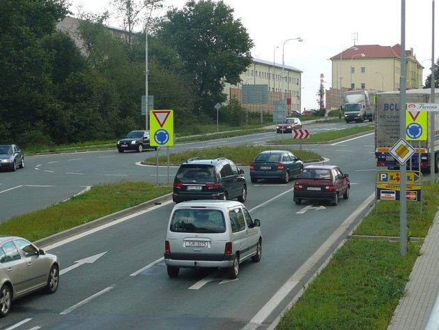 Kruhová křižovatka u Lidlu v Pražské ulici v Kolíně se pomalu stává, nebo už dokonce stala, postrachem všech projíždějících řidičů.