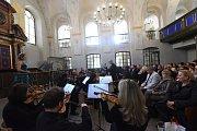 Již po osmnácté se první říjnový den konal vkolínské synagoze Vzpomínkový koncert na památku zKolína odsunutých židů a opět vrežii Vítězslava Podrazila a jeho orchestru Atlantis.