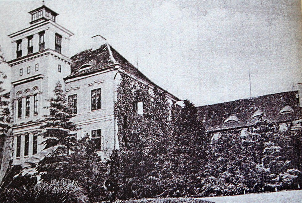Fotografie z roku 1911 zachycuje východní křídlo barokního zámku.