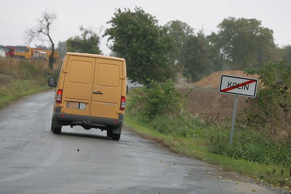 Po této silnici se směrem od Nebovid řítil mercedes, který do zatáčky určitě nejel povolenou rychlostí.