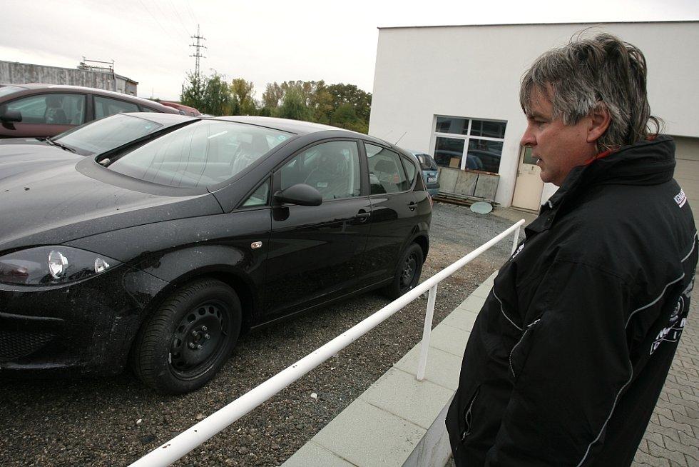 Bezohledný řidič poničil několik nových vozidel. Z místa nehody navíc utekl.