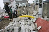 Dělníci pracují na opravě přípojek a poničené zídky již od neděle.