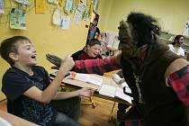 Tradičního Mikuláše udělali deváťáci 5. základní školy Mnichovická pro své kamarády z nižších ročníků.