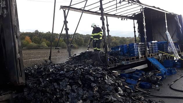 Požár kamionu na dálnici D11, před 51. kilometrem ve směru do Prahy.