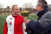 Kapitán Velimi Václav Antoš se chystá přebrat trofej pro vítěze.