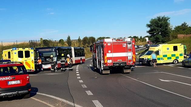 Na obchvatu Kolína došlo k nehodě autobusu a osobního auta.