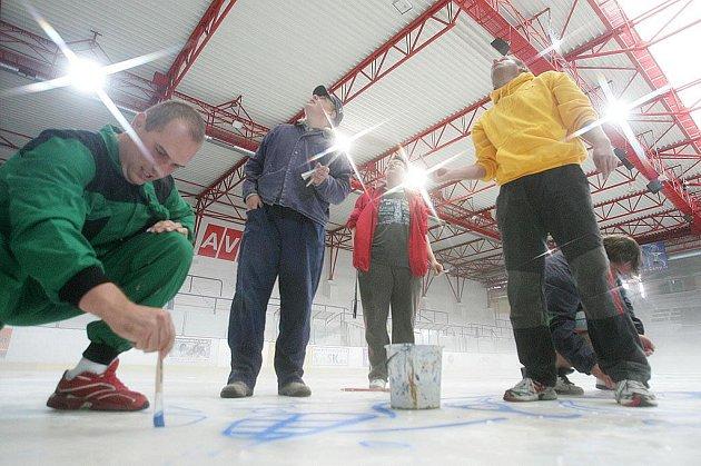 Kolínští hokejoví fanoušci namalovali na led Kozly.