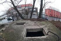 Šachta u parovodu v Kolíně na Zálabí, kde se usídlili bezdomovci