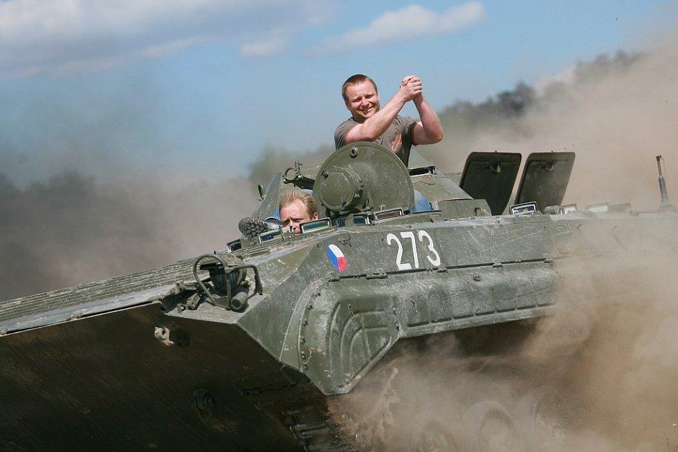 Zrekonstruovaná vojenská technika láká příchozí nejen k prohlédnutí.