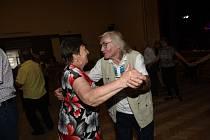 Z nedělního tanečního setkání členů a příznivců Klubu přátel Františka Kmocha v sále Na Zámecké v Kolíně.