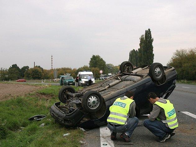 Na střeše skončil osobní automobil Škoda Felicia při dopravní nehodě u Kolína na silnici I/12 vedoucí na Prahu.