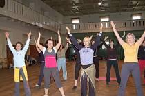 Do zásmucké sokolovny si přišlo zacvičit přes 30 žen z města i okolí.