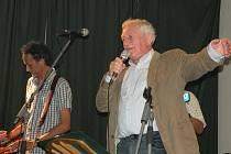 Z koncertu Roberta Křesťana a Druhé Trávy v Doubravčicích, kde vystoupil i Pavel Bobek