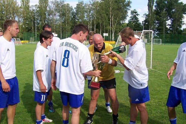 Hráči F.M.Galacticos přebírají cenu pro vítězný tým.