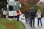 Cestující z vlaku odjeli náhradní autobusovou dopravou.