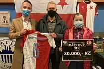 Jakub Kopáček (vlevo) předal dres pro Rozárku tatínkovi Honzovi a její sestře Štěpánce.