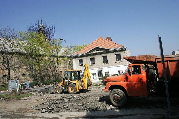 Rekonstrukce vozovky na náměstí v Červených Pečkách.