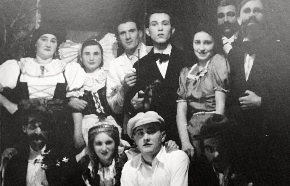 Radimští ochotníci během jejich divadelního představení Na potoce za mlýnicí.