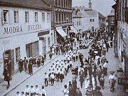 Na fotografii je zachycen průvod žáků Kutnohorskou ulicí v Kolíně. Tehdy oslavovali prvních padesát let existence Sokola.