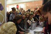 Richard Krajčo doprovodil autogramiádu k partnerčině a své knize i písničkami.
