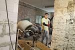 Z oprav sokolovny ve Velkém Oseku, při které pomáhali fanoušci Zaklínače.