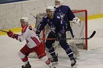 Produktivní bek. Kolínský obránce Jakub Husa (v modrém číslo 21) nasbíral v základní části Chance ligy dvaatřicet kanadských bodů. Byl tak nejlepší v celé soutěži mezi beky
