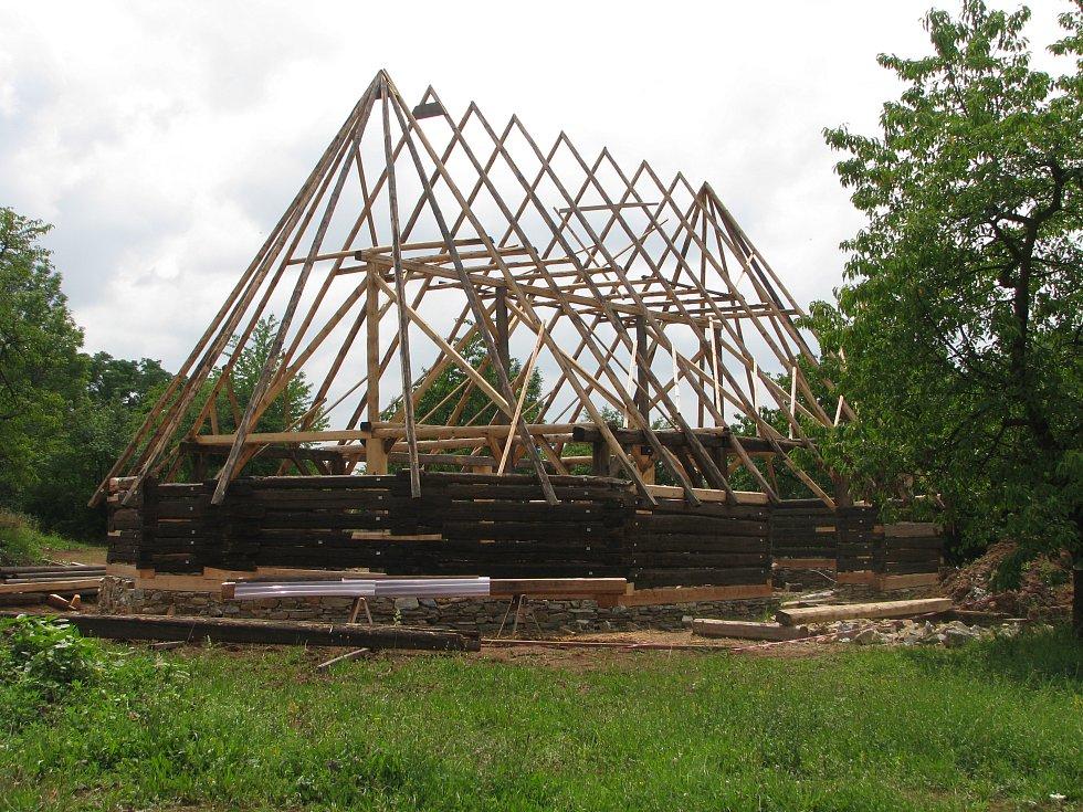 Unikátní stodola z Durdic se stěhuje na nové, vhodnější místo.