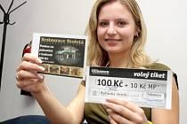 Za Petra Pachla vyzvedla dárkový sázkový certifikát Chance v hodnotě 100 korun a poukaz na pohoštění do restaurace Stoletá v hodnotě 300 korun příbuzná Lucie Pešková.